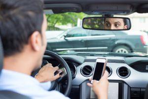 Fotos schießen aus dem Auto – wie das Smartphone Sie in Schwierigkeiten bringt!